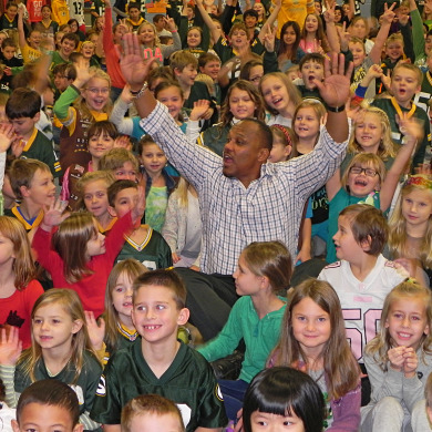 Green Bay Packers star William Henderson visits Cushing Elementary (Photos)